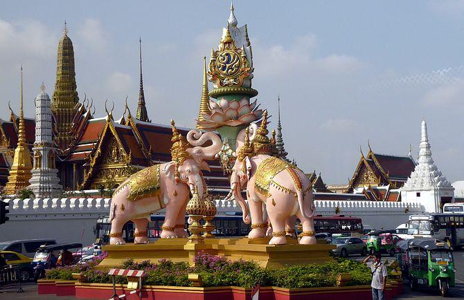 слон памятник