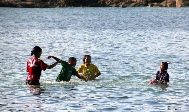тайцы купаются
