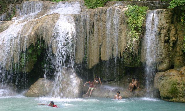 Erawan_Waterfall,_Kanchanaburi_Province,_Thailand_-_June_2004