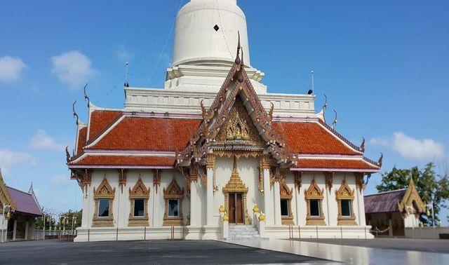 Сураттхани храмWat Khao Suwan Pradit