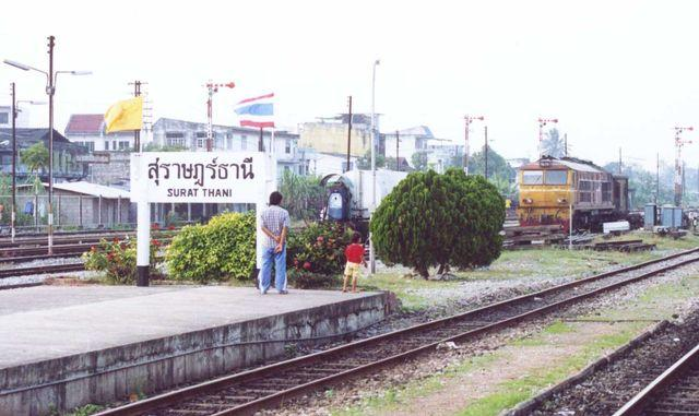 Surat_Thani_railway_station_signboard