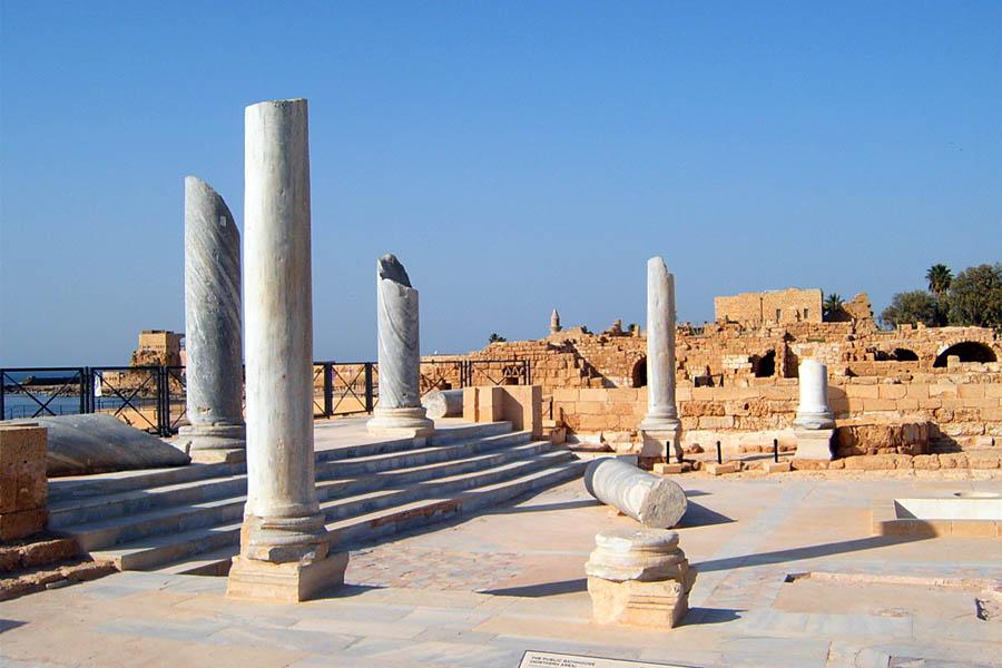 Кейсария была известна грандиозным «Дворцом на рифе» и храмом, посвященным Августу и Риму