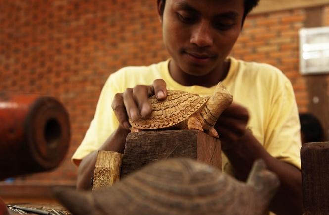 Support Khmer arts and craftmanship at Artisans Angkor