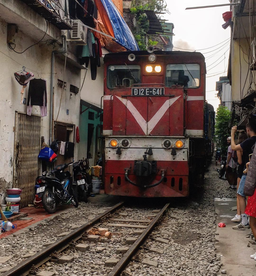 Уличный поезд в Ханое